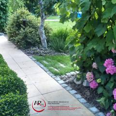 Mały ogród po modernizacji: styl , w kategorii Ogród zaprojektowany przez PRACOWNIA ARANŻACJA ANNA RYPLEWSKA