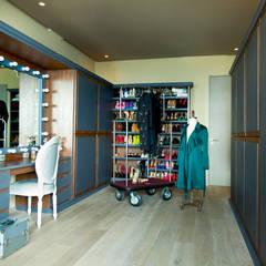 Departamento en Santa Fe: Vestidores y closets de estilo  por MAAD arquitectura y diseño