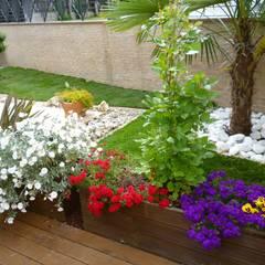 Villetta a schiera: Giardino in stile  di Studio Botanico Ventrone Dr. Fulvio