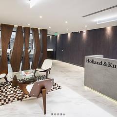 Lobby Oficinas Holland & Knight: Pasillos y vestíbulos de estilo  por CHIMI