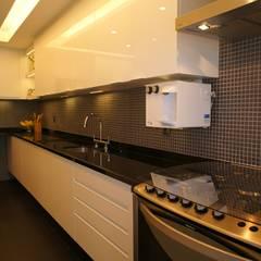 Nhà bếp theo Adoro Arquitetura , Hiện đại Đá hoa cương