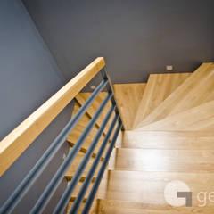 Dom dla Rodziny 2+2: styl , w kategorii Korytarz, przedpokój zaprojektowany przez GENERO