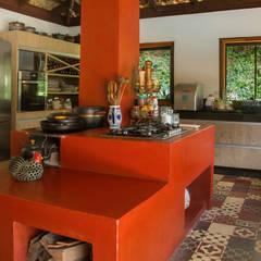 CASA J l C CONDOMÍNIO RETIRO DO CHALÉ {ÁREA DE LAZER}: Cozinhas campestres por CAMILA FERREIRA ARQUITETURA E INTERIORES