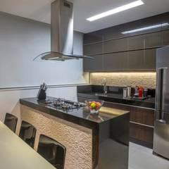 Apartamento Ferreira: Cozinhas  por Laura Lage Arquitetura e Design,Moderno