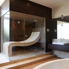 Sauna mit Wengepaneelen und passendem Waschtisch:  Spa von Erdmann Exklusive Saunen