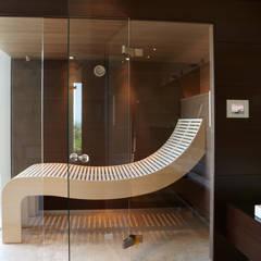 4-teilige Glasfront über Eck:  Spa von Erdmann Exklusive Saunen