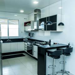 Cozinha: Cozinhas  por Celina Molinari Arquitetura e Interiores,