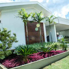 Fachada: Casas  por Celina Molinari Arquitetura e Interiores,