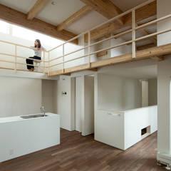 手稲山が望める家: 一級建築士事務所 Atelier Casaが手掛けたリビングです。