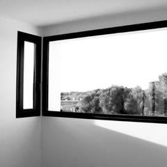VIVIENDA UNIFAMILIAR AISLADA Y PISCINA EN ALGAIDA: Estudios y despachos de estilo  de JAIME SALVÁ, Arquitectura & Interiorismo