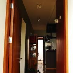Residência Condomínio Cafezal: Corredores e halls de entrada  por Mônica Mellone Arquitetura,Eclético