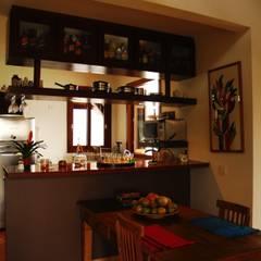 Residência Condomínio Cafezal: Salas de jantar  por Mônica Mellone Arquitetura,Eclético