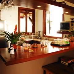 Residência Condomínio Cafezal: Cozinhas  por Mônica Mellone Arquitetura,Eclético