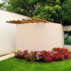 Residência Condomínio Cafezal: Jardins  por Mônica Mellone Arquitetura