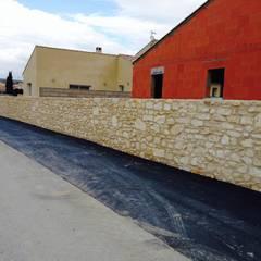 Construction de murs de clôture en pierres apparentes: Lieux d'événements de style  par BATIR AU NATUREL