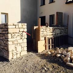 Murs de clôture en pierres apperentes: Lieux d'événements de style  par BATIR AU NATUREL