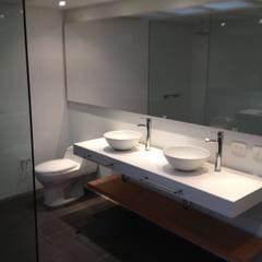 Apto 70 5 : Baños de estilo moderno por AMR ARQUITECTOS