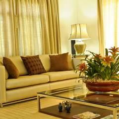 Living room by RUTE STEDILE INTERIORES & ARQUITETOS ASSOCIADOS, Modern