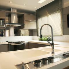Cozinha Fendi: Cozinhas  por Suelen Kuss Arquitetura e Interiores