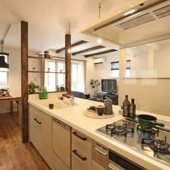 みまもり目線キッチン - 子育てをコンセプトにした住まい「育みの家」: ジャストの家が手掛けたキッチンです。