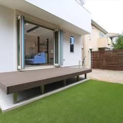 のびのびウッドデッキ - 子育てをコンセプトにした住まい「育みの家」: ジャストの家が手掛けた庭です。