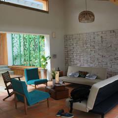 salón con patio al fondo: Salas de estilo moderno por interior137 arquitectos