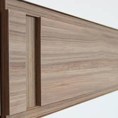 Apartamento MFCO: Closets minimalistas por Caravieri Cardoso Arquitetura
