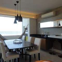 APARTAMENTO NA AV. ATLÂNTICA: Salas de jantar  por Maria Helena Torres Arquitetura e Design