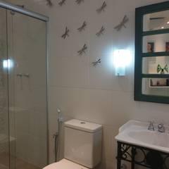 APARTAMENTO EM COPACABANA - CORTE DE CANTAGALO: Banheiros  por Maria Helena Torres Arquitetura e Design