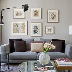 Living room by DIEGO REVOLLO ARQUITETURA S/S LTDA.,