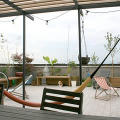 Pergola su terrazzo: Terrazza in stile  di Atelier delle Verdure