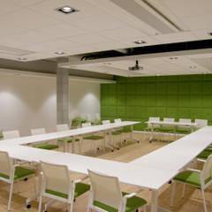 La salle de réunion: Lieux d'événements de style  par STUDIO D'ARCHITECTURE RANSON-BERNIER