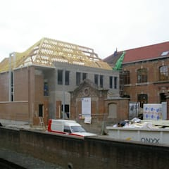 Photographie des travaux de gros oeuvre de la nouvelle aile perpendiculaire à l'existant: Ecoles de style  par STUDIO D'ARCHITECTURE RANSON-BERNIER