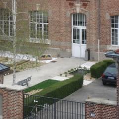 La cour est animée par un potager participatif: Ecoles de style  par STUDIO D'ARCHITECTURE RANSON-BERNIER