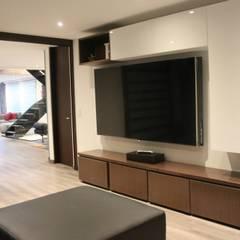 Espacios Interiores: Salas multimedia de estilo  por Home Reface - Diseño Interior CDMX