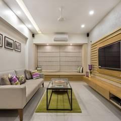 JANKI KUTIR APARTMENT:  Living room by The design house