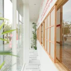 ショールーム兼事務所: 伊田直樹建築設計事務所が手掛けた窓です。