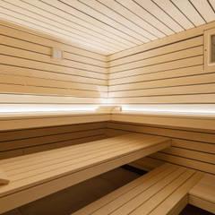 Design-Sauna mit schwebenden Liegen in heller Espe:  Sauna von corso sauna manufaktur gmbh