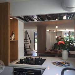 Casa del movimiento: Cocinas de estilo  por DeftoHomeStudio INC