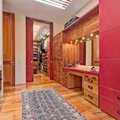 Casa JRQZ : Vestidores y closets de estilo  por Lopez Duplan Arquitectos,
