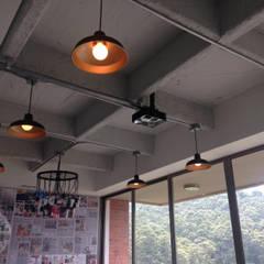 INDUSTRIAL LIVINGROOM: Salas de estilo  por DeftoHomeStudio INC