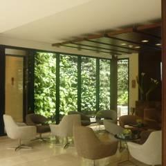 Paisajismo interior: Hoteles de estilo  por ARQUIOBRA, Tropical Bambú Verde