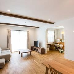 リビング - LDKにキッズスペースのあるプロヴァンススタイルの家: ジャストの家が手掛けたリビングです。