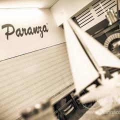 La scritta col nome del ristorante: Negozi & Locali commerciali in stile  di Ghirigori Lab di Arianna Colombo