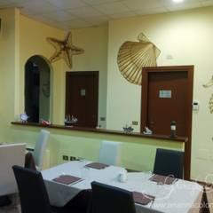 La parete con conchiglie, stella e cavalluccio marino: Negozi & Locali commerciali in stile  di Ghirigori Lab di Arianna Colombo