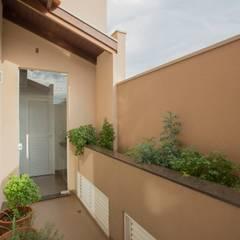 Residência Kaimoti: Jardins campestres por Biloba Arquitetura e Paisagismo