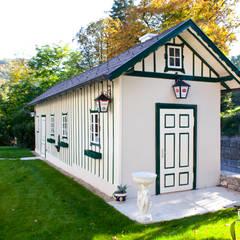 Stadtvilla in Hinterbrühl bei Wien: klassische Garage & Schuppen von WUNSCHHAUS