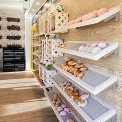 Centros Comerciales de estilo  por Macizo Carpintería