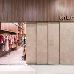 Fachada: Shopping Centers  por Piloni Arquitetura