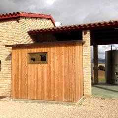 Habitación de mantenimiento: Bodegas de estilo  de RIBA MASSANELL S.L.